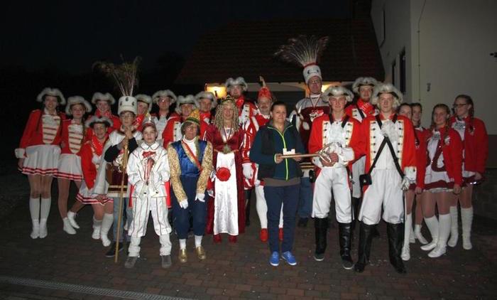 Die närrische Schar aus Ehringshausen mit der stellvertretenden Ortsvorsteherin Lucia Scherer (Bildmitte), die die Schlüsselgewalt für die kommenden Monate ohne große Gegenwehr übergibt. Foto: Kömpf